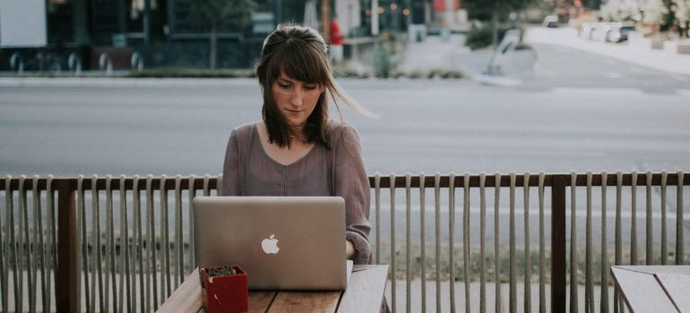 woman googling articles on reasons to settle to Tampa